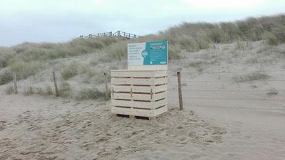 32 houten afvalbakken op het strand