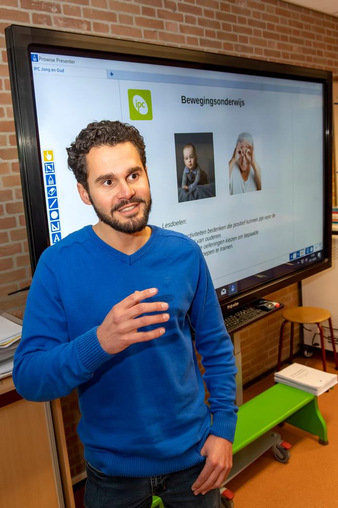 Het aantal zij-instromers op West-Brabantse basisscholen is sinds 2018 flink toegenomen. Op de foto Stanley van Aken (27) uit Dinteloord die de ommezwaai maakte van een Haagse scholengemeenschap naar basisschool De Springplank in Halsteren.