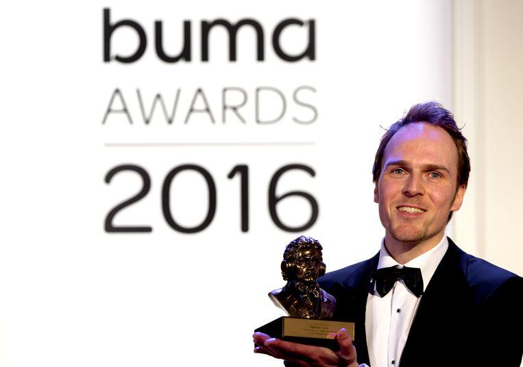 Componist en producent Martijn Konijnenburg met zijn Buma Award voor vormgeving tv Beeld anp