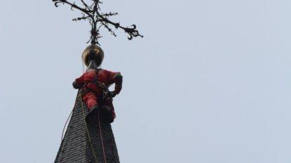 Brandweer redt omgewaaide haan van kerktoren