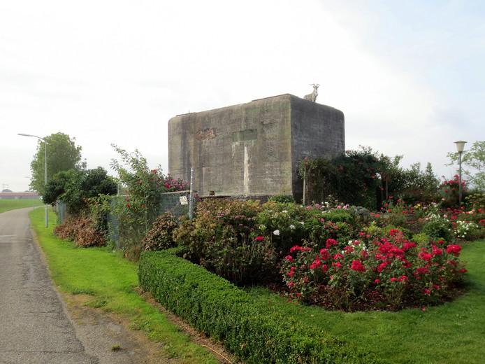 Bunker Zwolle Midden is door de eigenaar, de familie Van Vilsteren opgefleurd met een steenbok en kleurige begroeiïng.
