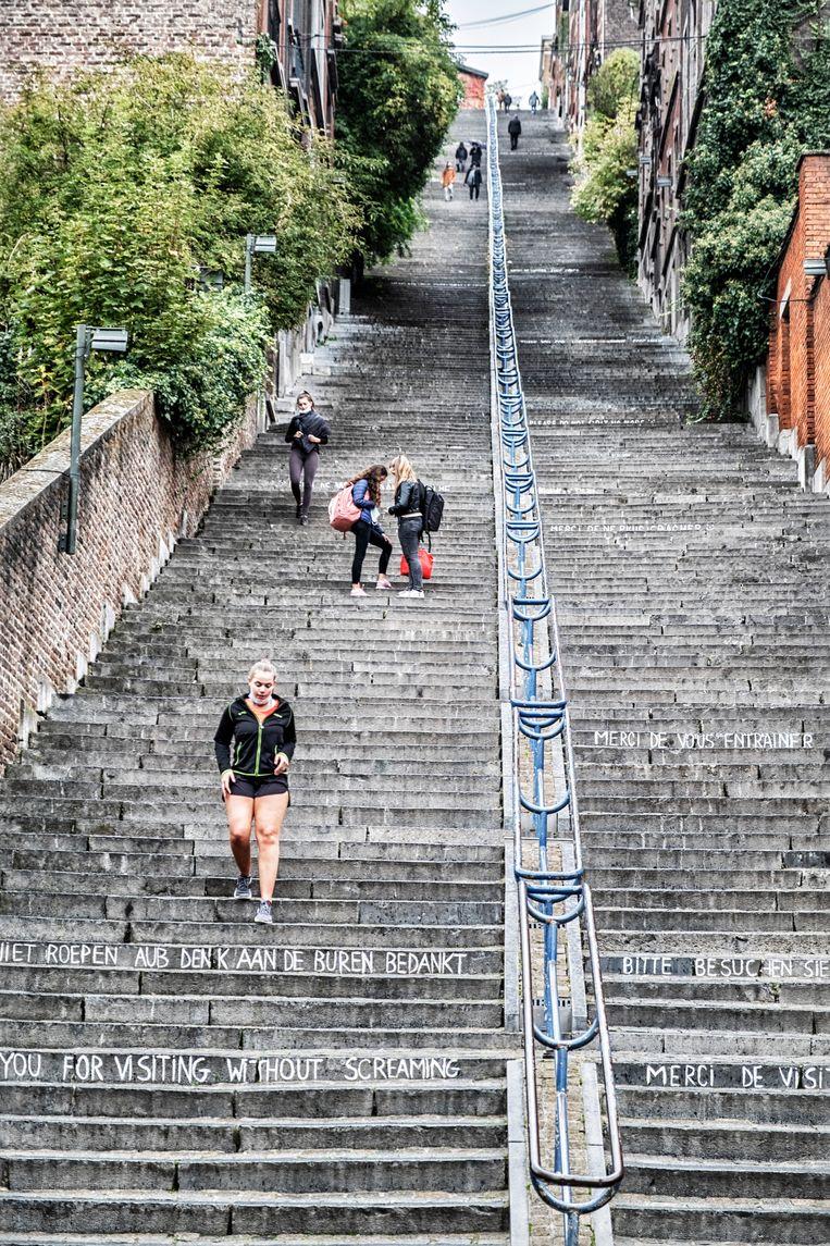 Montagne de Bueren, de bekende trappen in Luik. 'We zouden beter aan de studenten vragen dat ze naar huis gaan en van daar hun online lessen volgen. Voor de meesten heeft het toch geen zin dat ze nu op kot zitten', zegt Yves Coppieters, epidemioloog aan de ULB. Beeld Tim Dirven