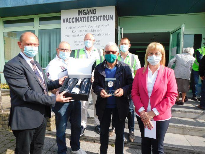Twee inwoners kregen een mooi geschenk, omdat de kaap van 15.000 vaccinaties in De Groene Meersen een feit is.