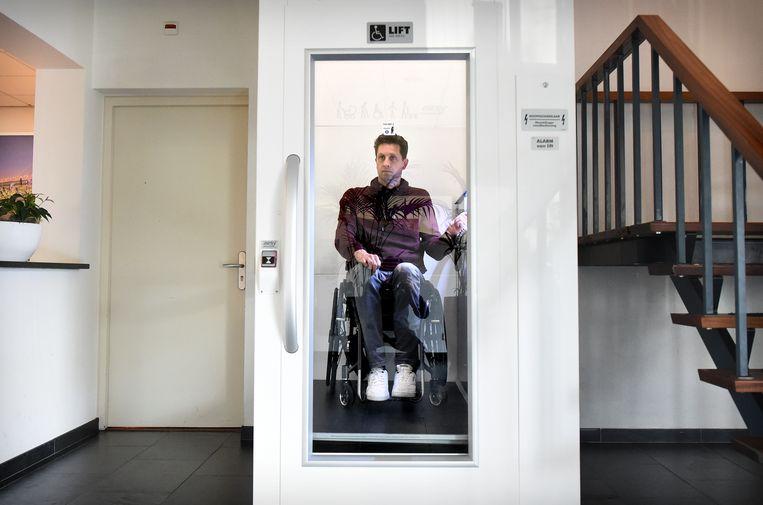 Gert Jan Oskamp  komt aan op zijn werk en gaat met de lift naar zijn werkplek op de eerste etage.  Beeld Marcel van den Bergh / de Volkskrant