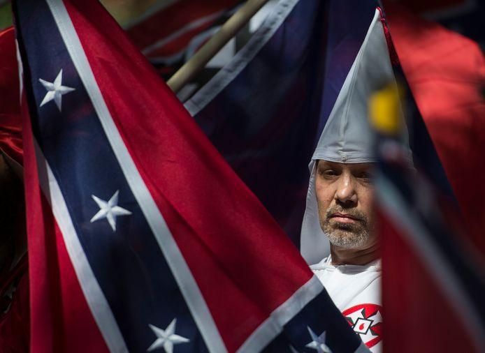 Bij een demonstratie draagt een lid van de Ku Klux Klan een Confederatievlag. Bij Six Flags hing een minder vaak gebruikte versie van de omstreden vlag.