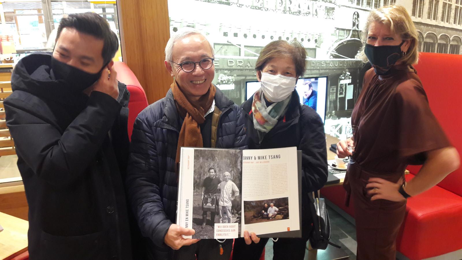 Auteur Margot Haest uit Bergen op Zoom (rechts) bij de presentatie van haar boek 'De Smaak van De Brabantse Wal' met de familie Tsang van restaurant O&O in Sint Willebrord.