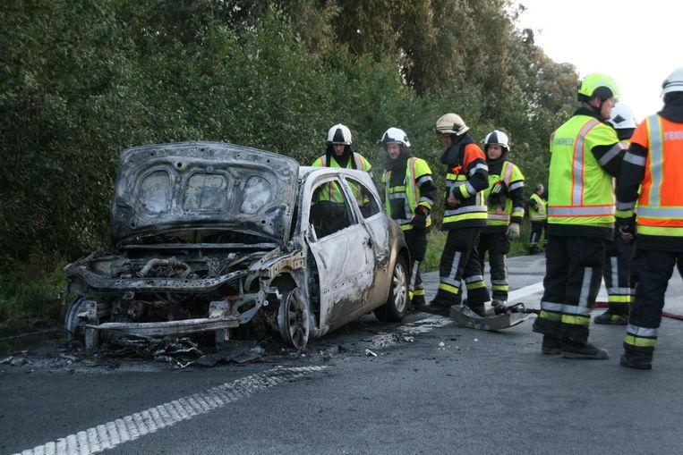 De wagen ging volledig in vlammen op.