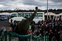 Een van de vluchtelingen juicht wanneer hij de loopbrug naar het vaste land betreedt.