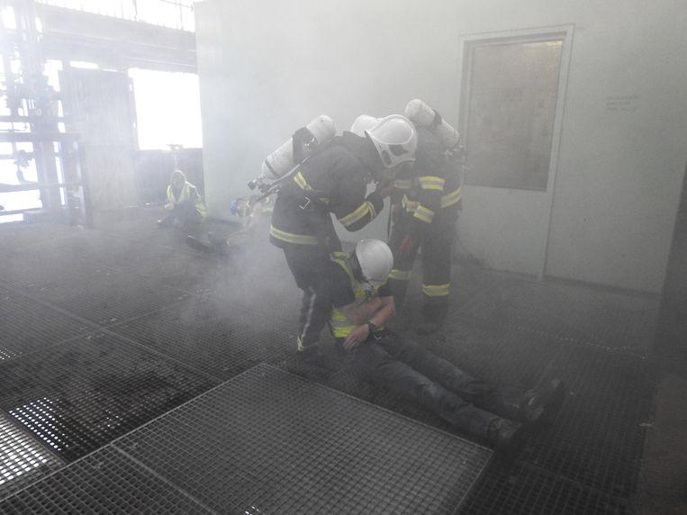 De brandweer moest mensen uit een met rook en vlammen gevuld gebouw halen.