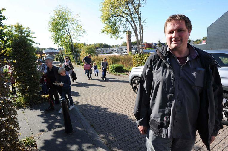 Mario Bertels vreest voor de veiligheid van de schoolgaande kinderen als de parking naast de speelplaats van de gemeenteschool van Sterrebeek aangelegd wordt.