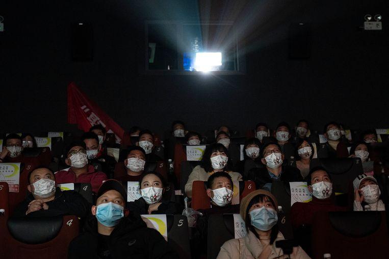 Mensen kijken naar de film