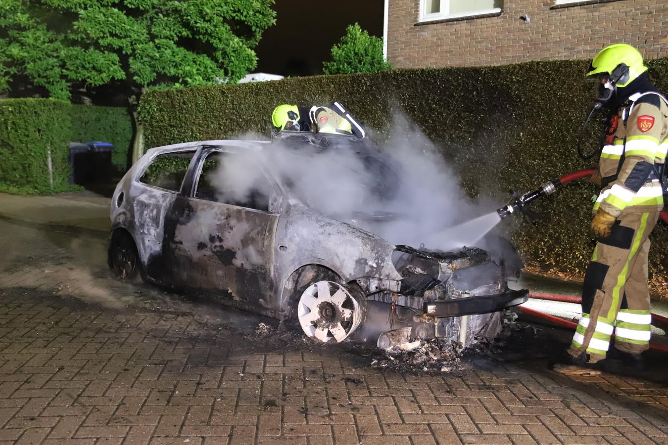 De auto aan de Violierstraat in Tiel is total loss na een felle brand.