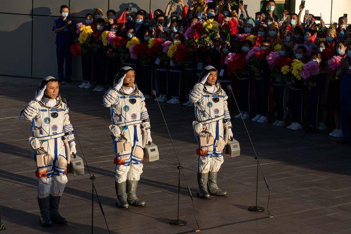 De drie Chinese astronauten voor vertrek.