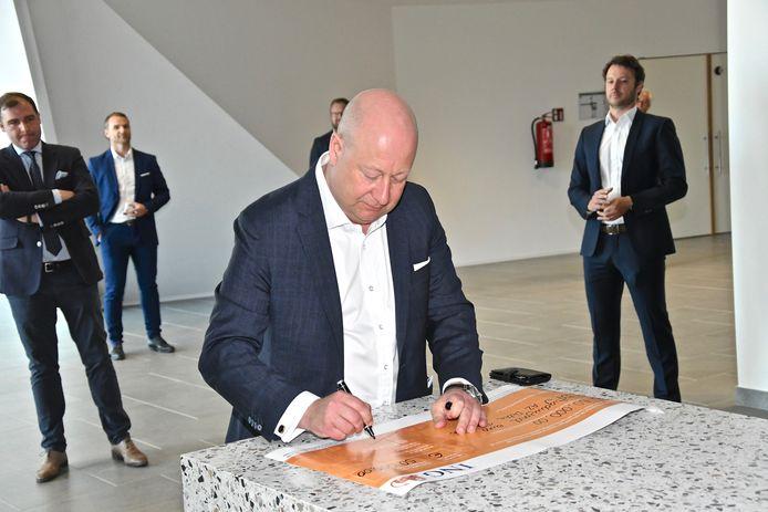 Koen Hoffman, voorzitter van Fagron, ondertekent de cheque.