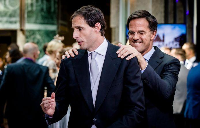 Minister Wopke Hoekstra van Financiën en premier Mark Rutte na het aanbieden van het koffertje met de rijksbegroting en miljoenennota vorig jaar. Toen mochten ze elkaar nog aanraken van de coronaregels.