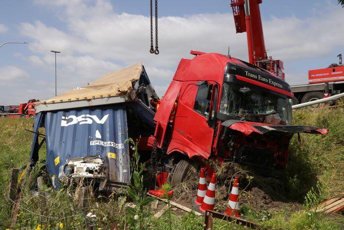 Truck ligt in de gracht na uitwijkmanoeuvre op E17 in Kalken.