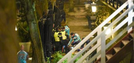 Man (25) valt vijf meter naar beneden op de Oudegracht in Utrecht en overlijdt