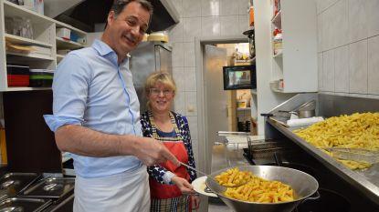 Minister Alexander De Croo helpt frietjes bakken in Denderleeuwse frituur