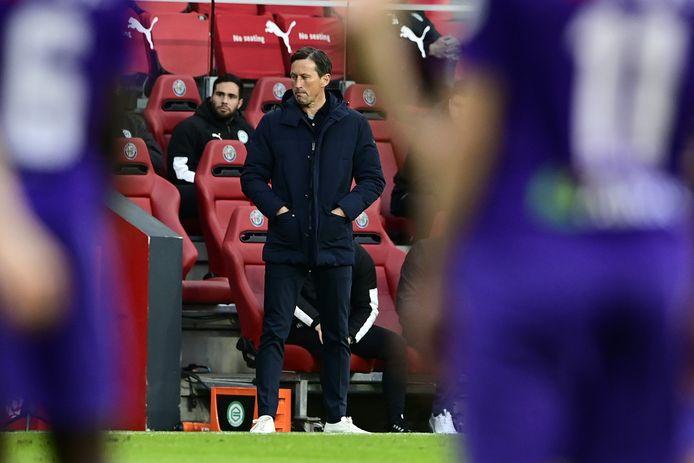 Roger Schmidt kijkt naar het duel van PSV met FC Groningen.