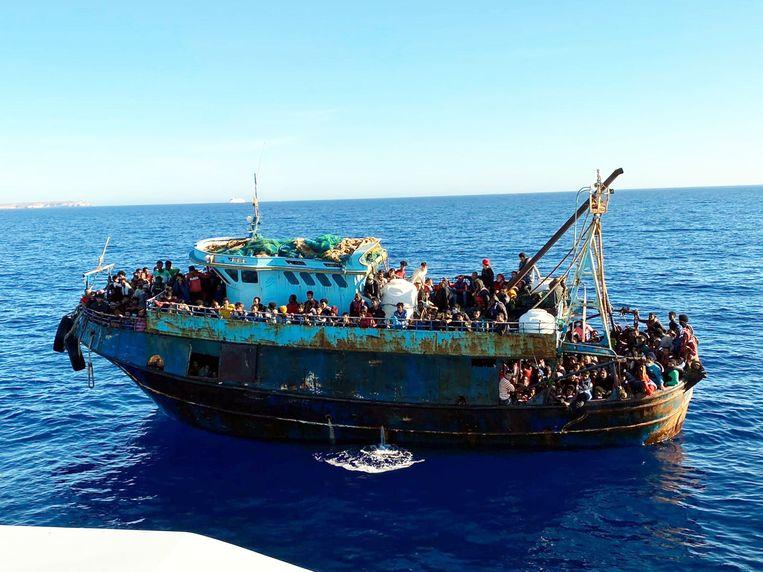 Een overvolle boot met vluchtelingen zondag in de buurt van Lampedusa.  Beeld EPA