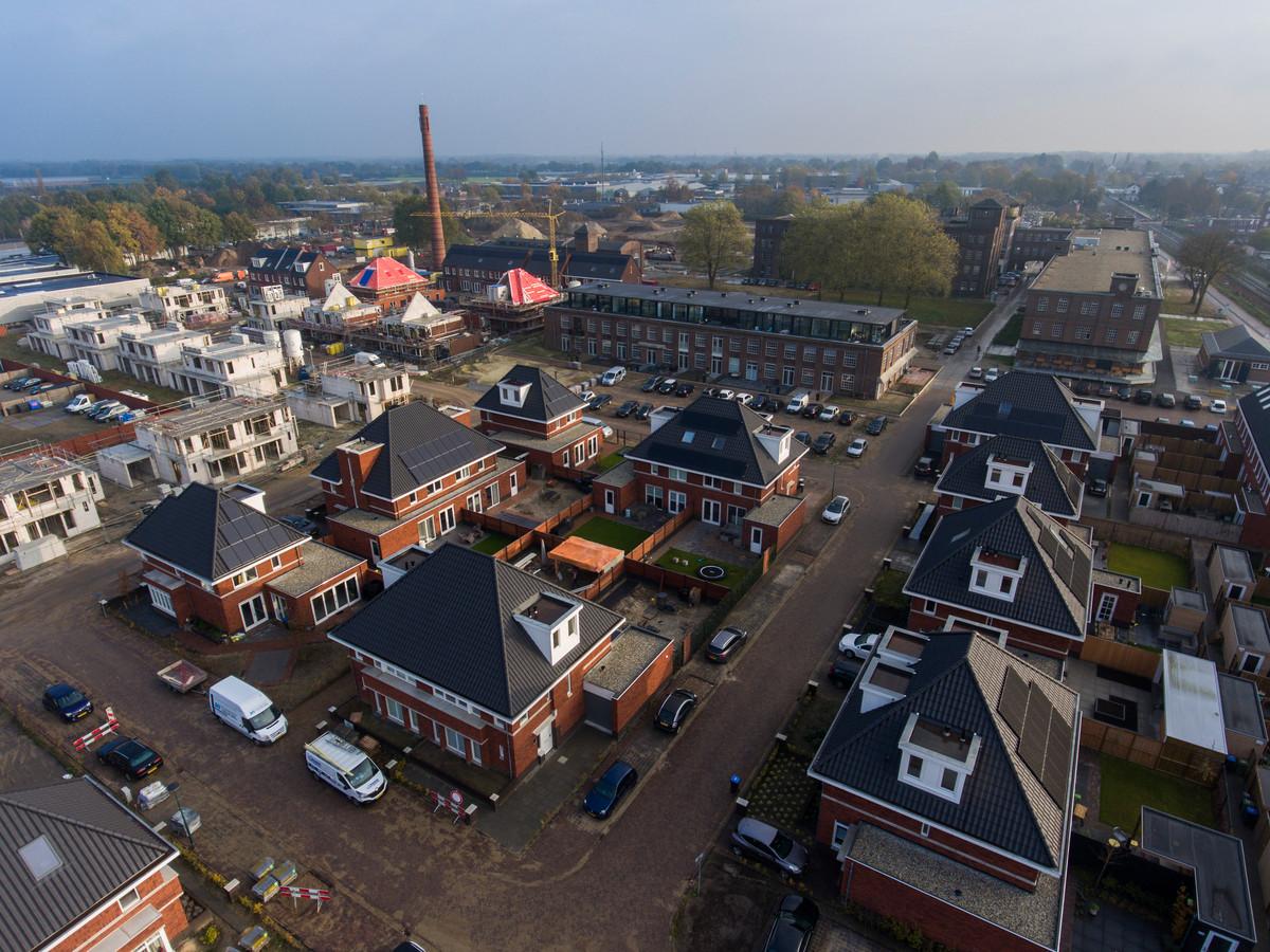 In KVL-West (voorgrond) en in de Lakfabriek (gebouw in het midden) wordt al volop gewoond. Nieuwbouw volgt nog in KVL-Centraal en KVL-Dorp.