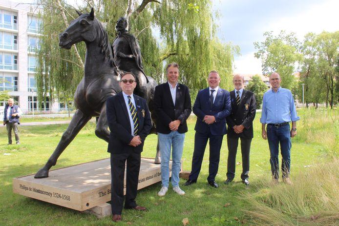 Burgemeester Jan Vermeulen en de organisatoren van het Europees Schutterstreffen, bij het nieuwe standbeeld.