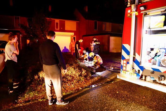 De brandweer verzorgt twee cavia's en een konijn die bij een keukenbrand in Cuijk veel rook hebben ingeademd.