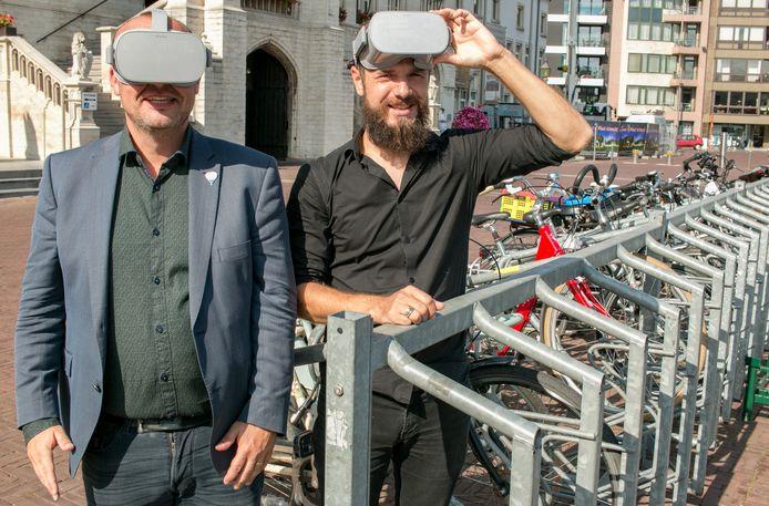 Schepen Carl Hanssens en projectcoördinator Carl Boel testen de virtual reality-brillen al eens uit.