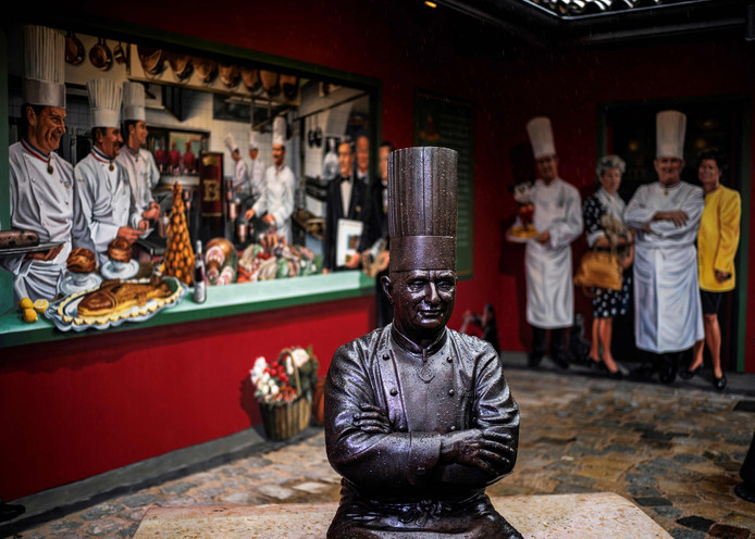 Statue de Paul Bocuse, dans la cour de son restaurant