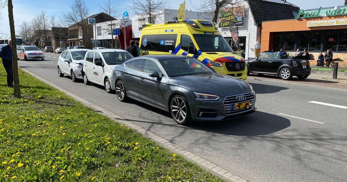 Kettingbotsing tussen Deventer en Bathmen: airbags springen open door klapper.