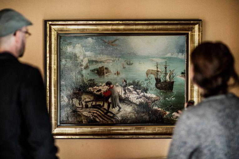 Hans Bourlon, kijkend naar het schilderij 'De val van Icarus'.