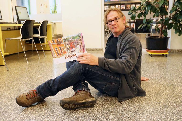 Jeroen Janssen met zijn nieuwe strip.