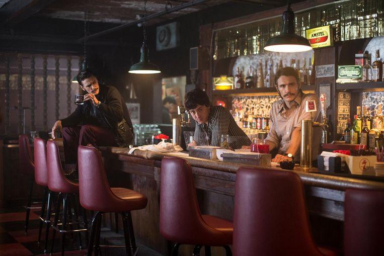 James Franco, links en rechts, als de tweeling Frankie en Vincent Martino en Chris Coy als Paul Hendrickson in The Deuce Beeld Paul Schiraldi