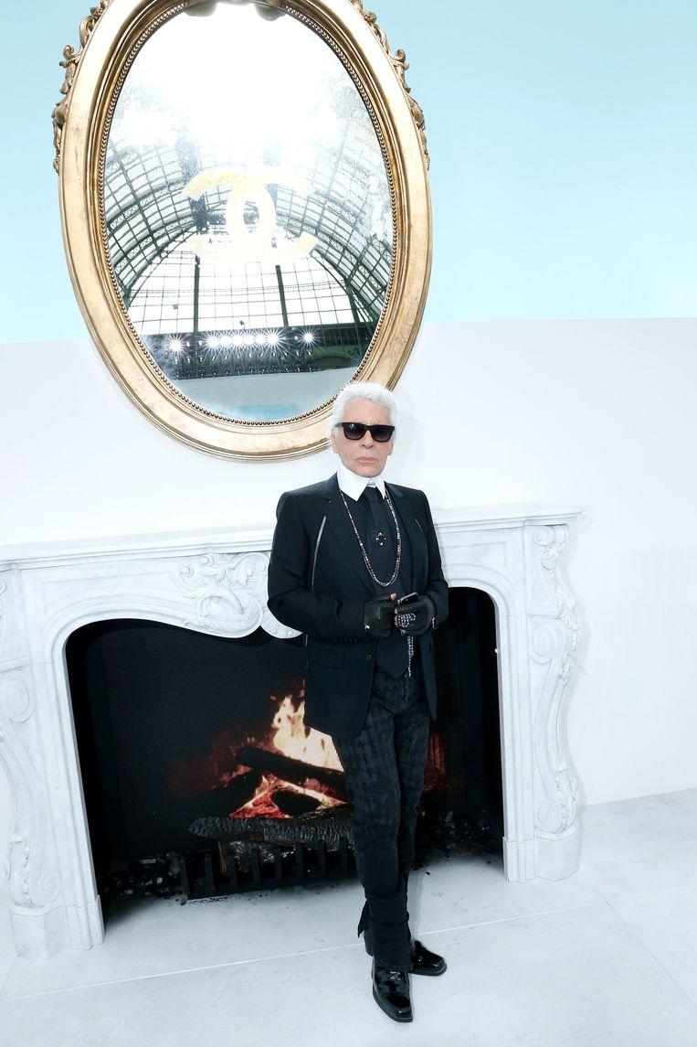 Modeontwerper Karl Lagerfeld poseert backstage bij de Chanel show tijdens Paris Fashion Week 2014.  Beeld Getty Images