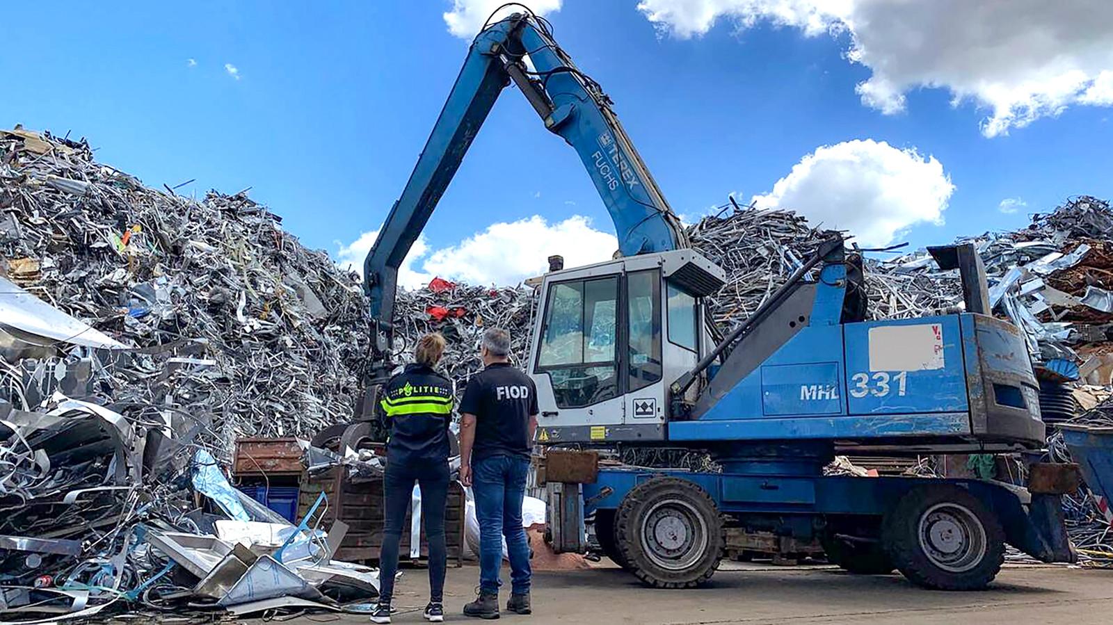 Het bedrijf zamelde volgens het OM weliswaar afval in om te recyclen, maar dat gebeurde onvoldoende, zodat het afval zich opstapelde tot een hoogte van meer dan 10 meter.
