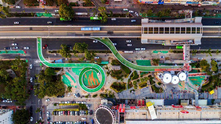 De tentoongestelde 'bicycle skyway' in Xiamen, China. Beeld Ma Weiwei