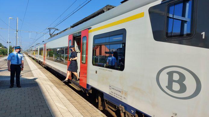 De trein is klaar om te vertrekken op in het station van Mol.