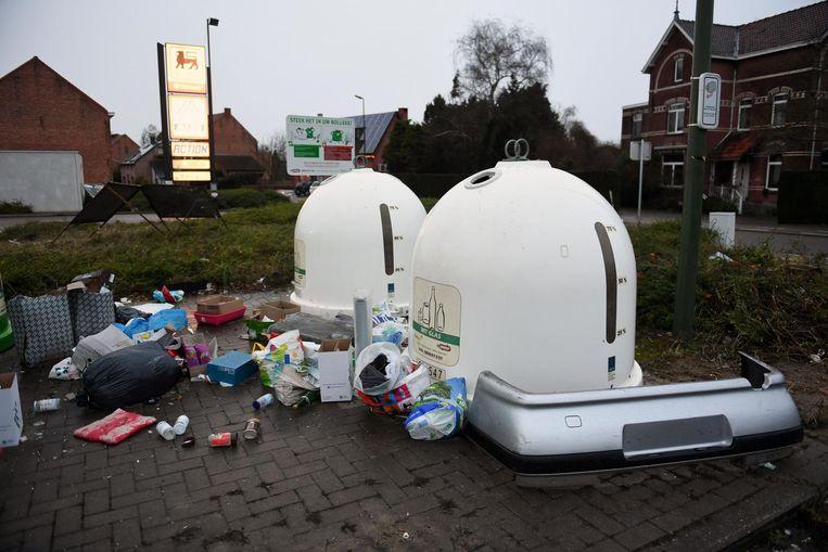 Aan de glasbollen in de Pleinstraat in Holsbeek werd zelfs een bumper gedumpt (rechts in beeld).