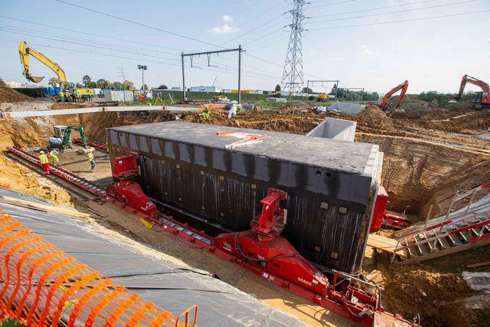 De tunnelkoker van 300 ton werd de afgelopen maanden ter plaatse in een bouwput naast de sporen gebouwd.