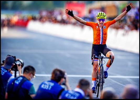 Annemiek van Vleuten rijdt uit in de overtuiging dat ze een gouden medaille heeft gewonnen. De onbekende Oostenrijkse Anna Kiesenhofer ging haar echter voor als  degene die als winnaar de finish passeerde.