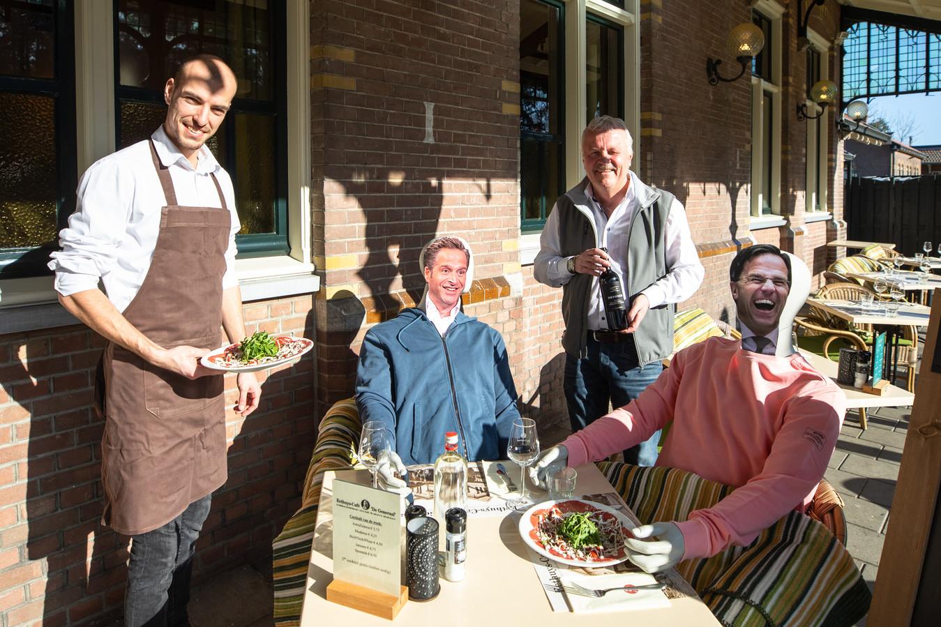 Eigenaar Ruud Bouwman staat klaar met de wijn voor Rutte en De Jonge, terwijl ober Marc de carpaccio serveert.