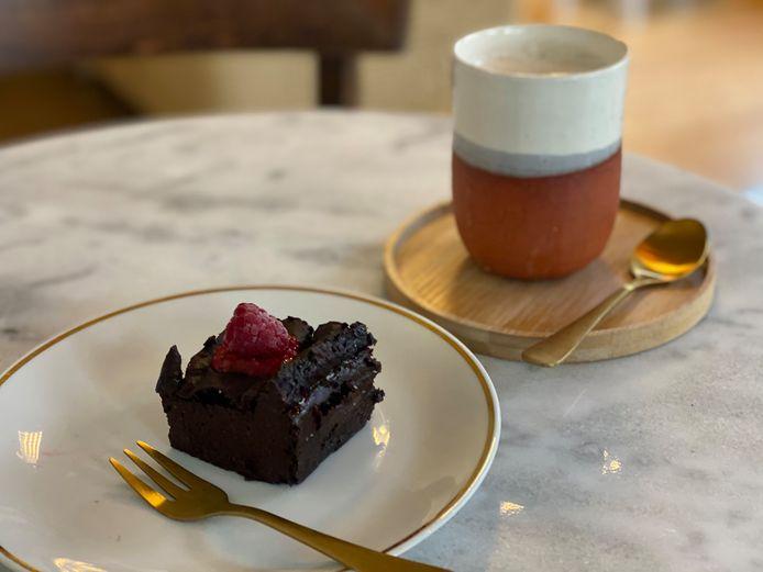 Een greep uit het aanbod: een smeuïge brownie en een chai latte.