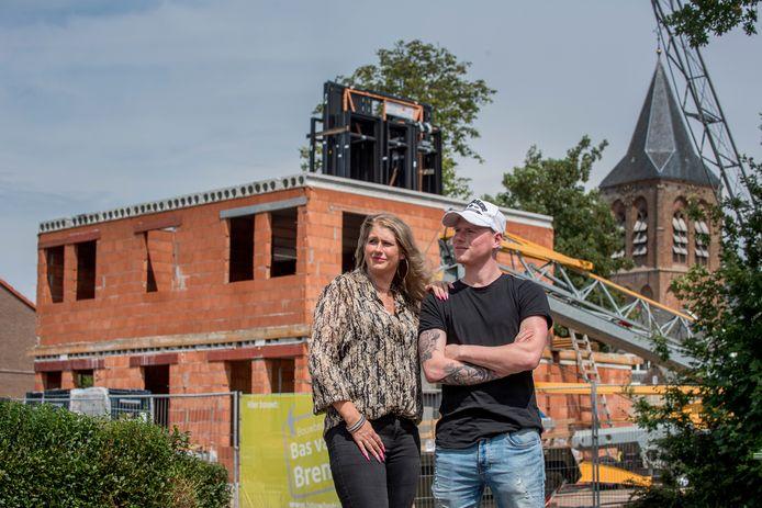 Bettina Verweij samen met haar zoon voor hun nieuwe woning  in aanbouw in Zoelmond.
