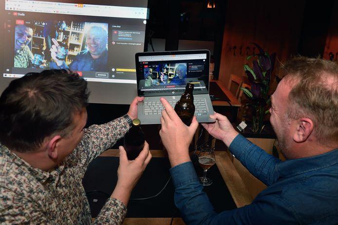 Bij Ministerie van Eten en Drinken was vanavond de eerste Slockdown. Remco van den Heuvel (l)en Jeremy Vermolen (r) hebben voor de kijkers thuis een bier- en borrelpakket samengesteld en praten de bijna honderd gasten via de livestream bij.