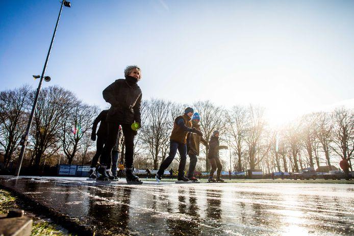 Schaatsers op het ijs van de Doornse IJsclub vorig jaar.