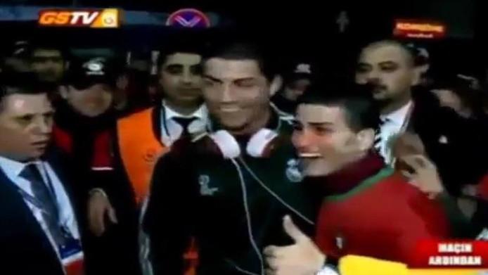 Gökmen Akdogan joue également au football à Seyhanspor, un club amateur turc. Evidemment, il porte aussi le numéro 7. Comme son joueur préféré.