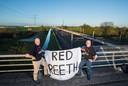 Rob Schleper (l) en Koos Nijssen van de Buurtvereniging Leefbaar Reeth in een protest tegen de railterminal.