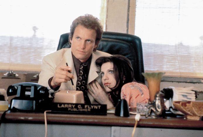 Beeld uit de film 'The People vs Larry Flynt' met Woody Harrelson en Courtney Love.  De film kwam uit in 1996.
