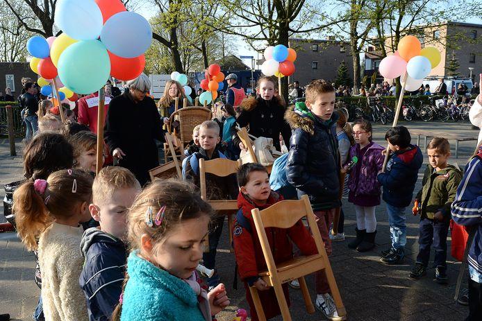 De kinderen van de Peppels dragen in 2017 hun eigen stoel naar de nieuwe school, bij de Canadas, een paar honderd meter verderop.