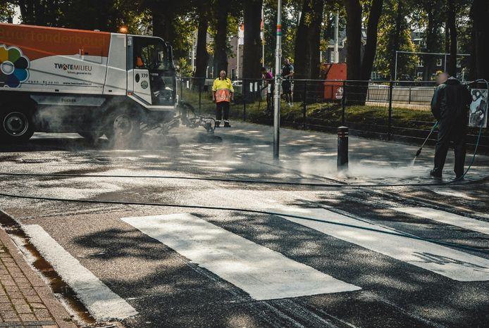Bewoners van de G.J. van Heekstraat schilderen zelf een zebrapad op straat tussen vv Rigtersbleek en IJssalon 't Hoekje.
